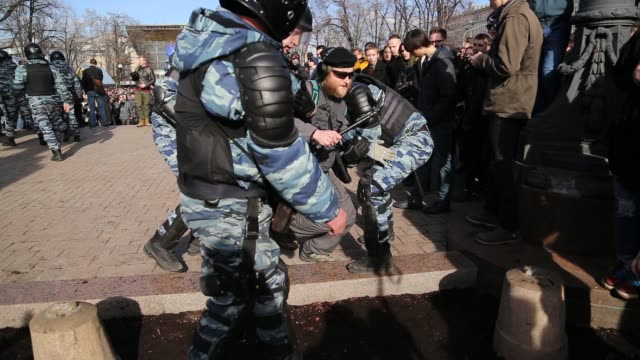 protest in downtown moscow, unsanctioned by the authorities, organized by opposition leader and presidential hopeful, alexei navalny. the protest... - ryssland bildbanksvideor och videomaterial från bakom kulisserna