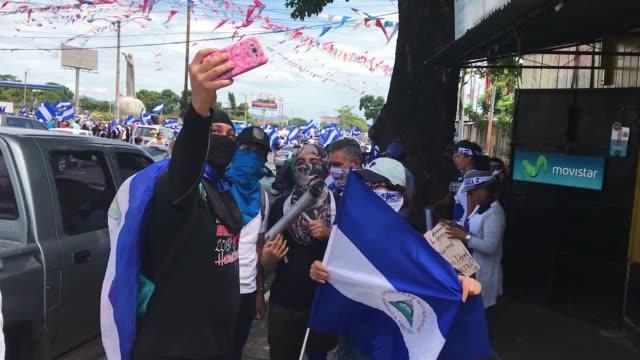 protest in managua, nicaragua august 15, starting in rotonda cristo rey. students, pensioners demanding that daniel ortega step down, that killings... - ダニエル オルテガ サアヴェドラ点の映像素材/bロール