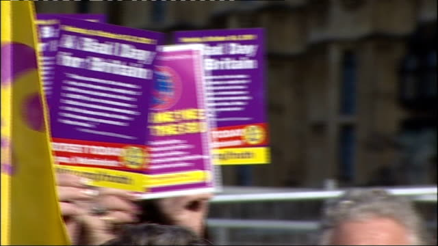 protest outside houses of parliament calling for eu referendum general views / photocall / nigel farage interview england london westminster ext... - 英国独立党点の映像素材/bロール