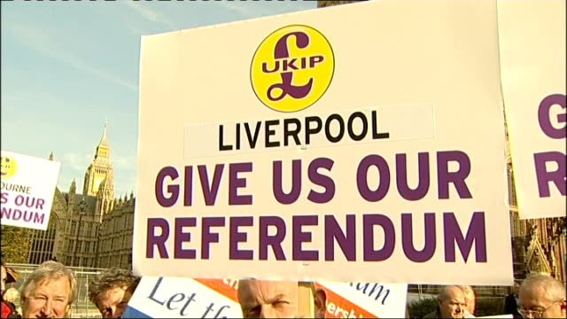 protest outside houses of parliament calling for eu referendum general views / photocall / nigel farage interview antieuropean union protester... - 英国独立党点の映像素材/bロール