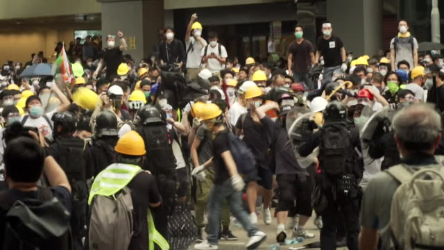 protest over extradition bill turns violent between protesters and police in government quarters of hong kong - 香港点の映像素材/bロール