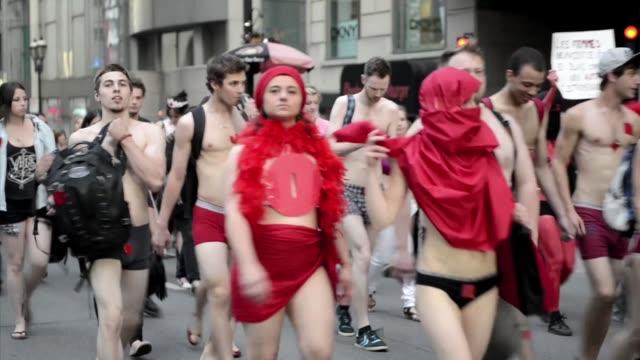 vídeos y material grabado en eventos de stock de protesta al desnudo. voiced: desnudos contra formula 1 on june 08, 2012 - desnudo