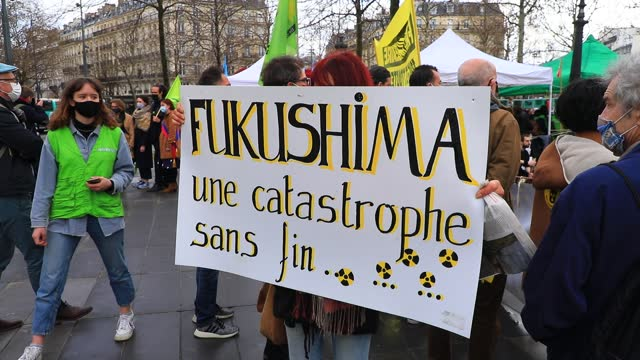 """vídeos y material grabado en eventos de stock de protester carries a sign reading """"fukushima, an endless disaster"""" during a rally to mark the 10th anniversary of the fukushima nuclear accident on... - central nuclear"""