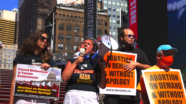 vídeos de stock e filmes b-roll de protester gives a speech at times square during a demonstration against texas abortion law on september 4, 2021 in new york city. the demonstrators... - texas