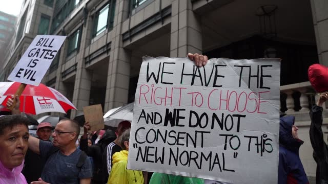 protester on august 15, 2020 in london, england at no new normal march that protest against government restriction, anti lockdown, anti mask and anti... - 政治と行政点の映像素材/bロール