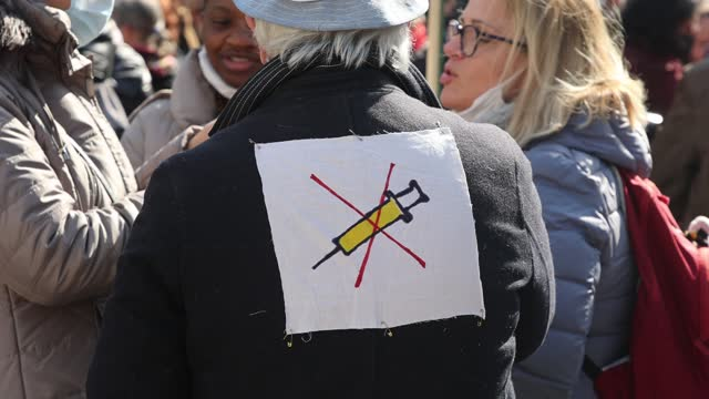 stockvideo's en b-roll-footage met protester wears on his back an anti-vaccine symbol during the world wide rally for freedom: stop the state of health emergency on march 20, 2021 in... - samenzwering
