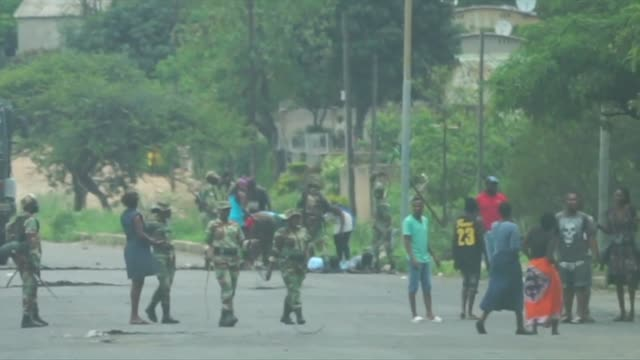 protesters appear in court in harare while others are beaten by military forces on the streets of bulawayo as unrest over the increase in the price... - repubblica dello zimbabwe video stock e b–roll