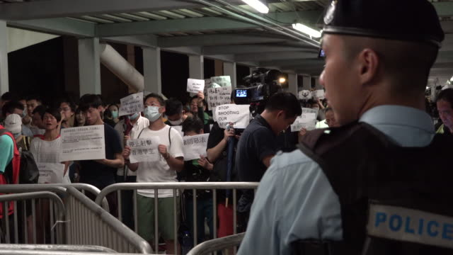 stockvideo's en b-roll-footage met protesters are seen gathering near the legislative council complex after violent clashes between police and people claiming against extradition bill... - assertiviteit