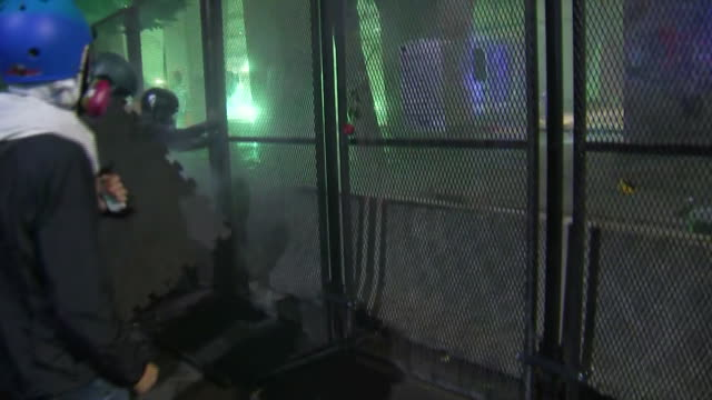 vidéos et rushes de protesters attempt to remove a chain-link fence in front of the federal courthouse in portland, oregon. - portland oregon