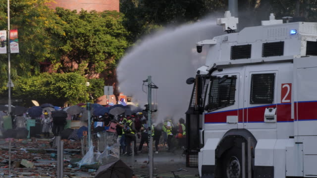 vidéos et rushes de protesters battle police around hong kong polytechnic university in hung hom. police fired tear gas and water cannon while protesters threw molotov... - fronde