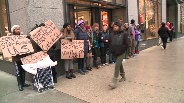 vídeos de stock, filmes e b-roll de wgn protesters block store on michigan avenue on black friday in the wake of the release of the video showing the shooting of 17yearold laquan... - de braços dados