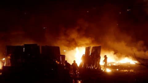 vidéos et rushes de protesters construire des barricades pendant riot - conflit