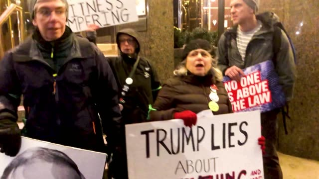 vídeos y material grabado en eventos de stock de protesters calling for the impeachment of donald trump demonstrate in front of the trump international hotel on january 29, 2019 in new york city.... - rebelión