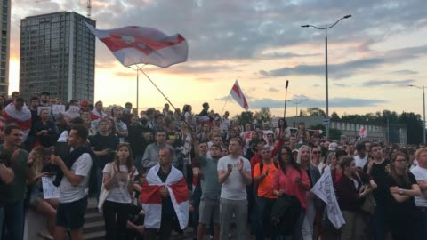 """vídeos y material grabado en eventos de stock de protesters clap, chant """"truth"""" and wave flags as they demonstrate outside belorussian state tv headquarters on august 15, 2020 in minsk, belarus.... - bielorrusia"""