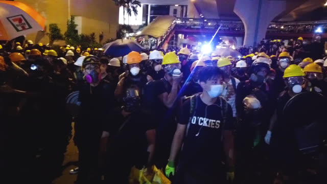 stockvideo's en b-roll-footage met protesters clash with police after taking part in an antiextradition bill march on july 21 2019 in hong kong china prodemocracy protesters have... - chanten