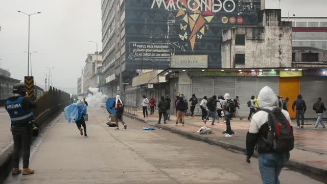 stockvideo's en b-roll-footage met protesters clash with riot police during the international workers day in bogota on saturday against the tax reform proposed by president of colombia... - colombia land