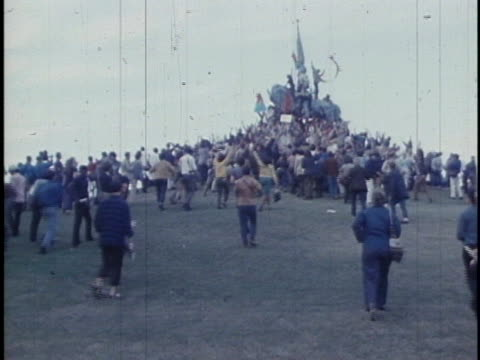 protesters converge on a statue in chicago's lincoln park during the 1968 democratic national convention. - 1968 stock videos & royalty-free footage