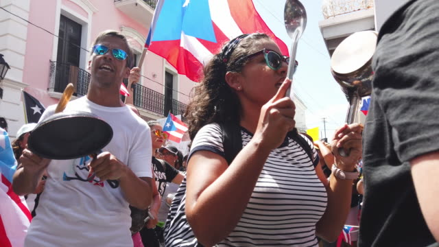 vídeos de stock, filmes e b-roll de protesters demonstrate against ricardo rossello the governor of puerto rico on july 19 2019 in old san juan puerto rico there have been calls for the... - porto riquenho