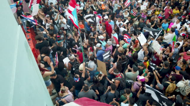 vidéos et rushes de protesters demonstrate against ricardo rossello the governor of puerto rico on july 19 2019 in old san juan puerto rico there have been calls for the... - gouverneur