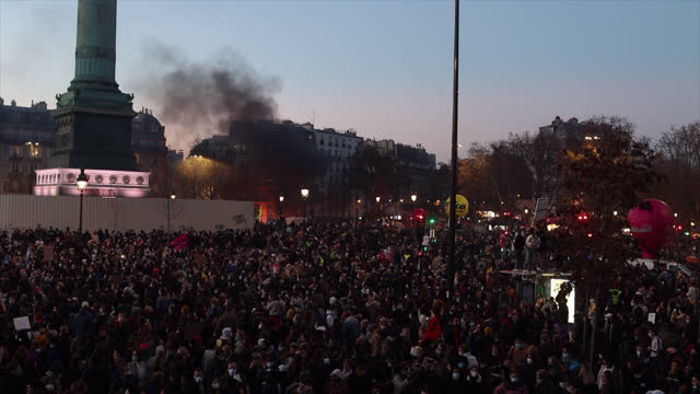 protesters demonstrate against the french government's global security act as thousands crowd place de la bastille on november 28 in paris, france.... - バスティーユ点の映像素材/bロール