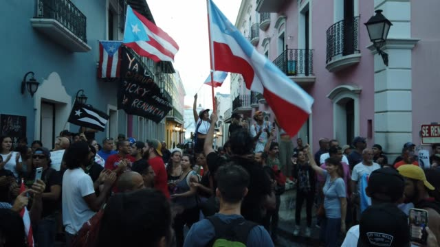 vidéos et rushes de protesters demonstrate along a street leading to the governor's mansion as they call for puerto rican governor ricardo rossello to step down on july... - porto rico