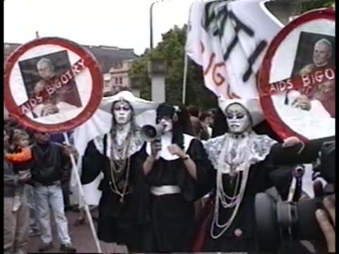 vidéos et rushes de protesters dressed as catholic nuns at unity rally for act up during 6th annual international aids conference. - sida