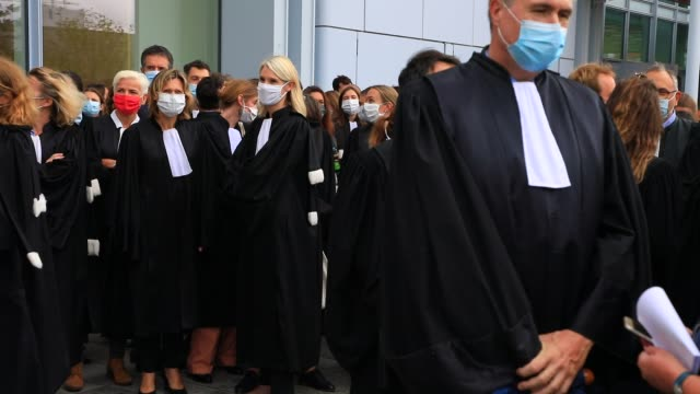 vidéos et rushes de protesters dressed in lawyers during a demonstration called by the two main magistrates unions, the union syndicale de la magistrature and the... - avocat juriste
