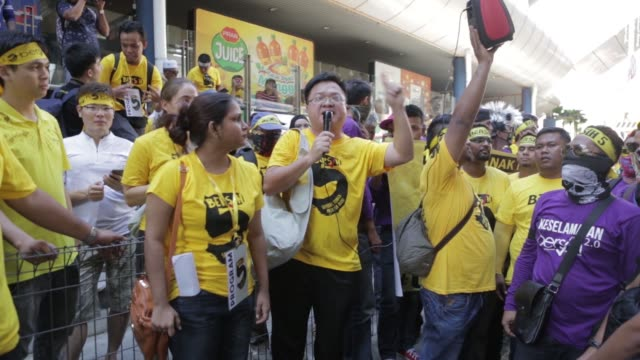 vidéos et rushes de protesters dressed in yellow hold up a banner during the coalition for clean and fair elections rally also known as bersih in kuala lumpur malaysia... - asiatique de l'est et du sud est