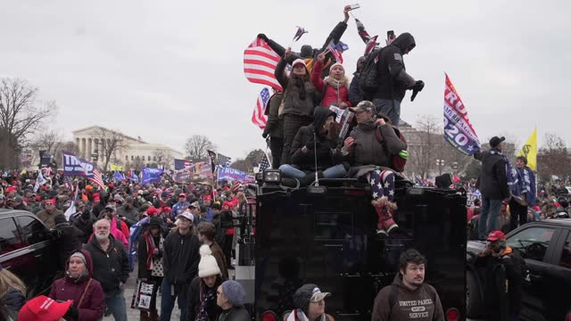 vidéos et rushes de protesters face off with police outside at the u.s. capitol building on january 06, 2021 in washington, dc. pro-trump protesters entered the u.s.... - united states congress