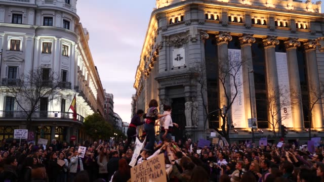 protesters form a human tower in a protest during international women's day on march 08, 2020 in madrid, spain. spain celebrates international... - internationaler frauentag stock-videos und b-roll-filmmaterial