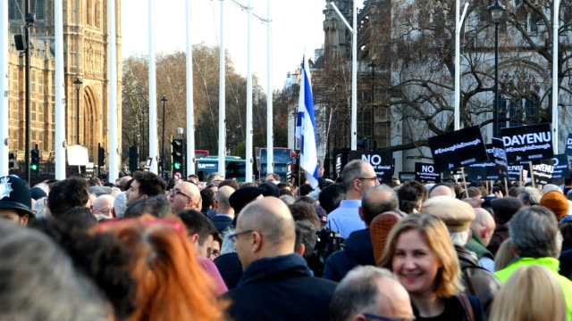 protesters gather as they demonstrate in parliament square against antisemitism on march 26 2018 in london england the board of deputies of british... - soziale gerechtigkeit stock-videos und b-roll-filmmaterial