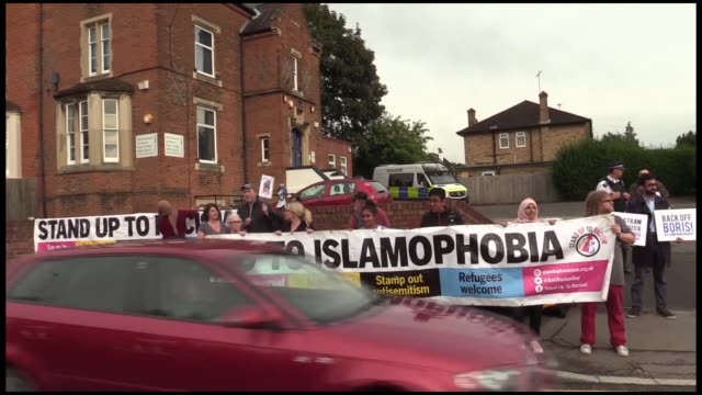 vídeos y material grabado en eventos de stock de protesters gather in boris johnson's constituency to demand he steps down in the wake of comments he made on the burka on august 09, 2018 in... - distrito electoral