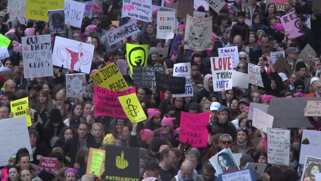 vidéos et rushes de protesters gather in front of grand central station where the march came to a stand-still due to the massive crowd / various zoom backs reveal part... - montrer