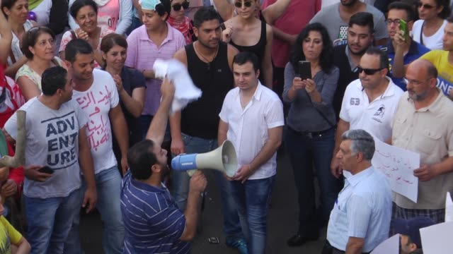 vidéos et rushes de protesters gather in front the government house during a demonstration against the ongoing garbage crisis on august 23 2015 in beirut lebanon footage... - bâtiment du parlement