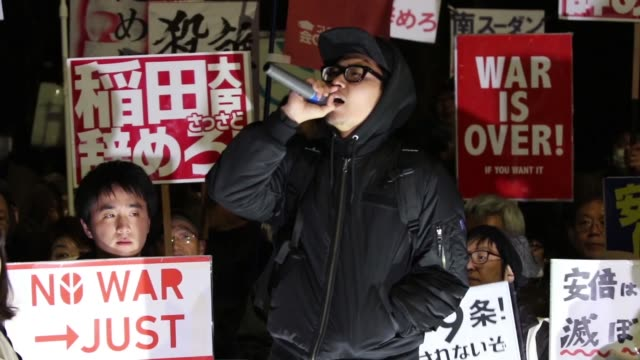 protesters gathered in front of tokyo parliament to demonstrate against the policies of shinzo abe and to call on the japanese prime minister to... - parliament building点の映像素材/bロール