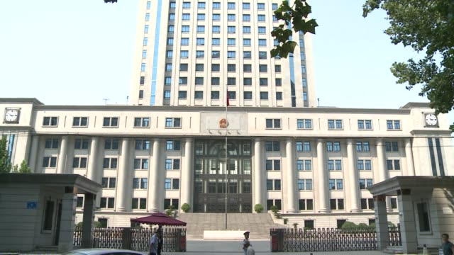 stockvideo's en b-roll-footage met protesters gathered outside a courthouse in eastern china wednesday in the hope of taking advantage of the media frenzy surrounding the countrys... - omgeven