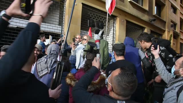 vídeos y material grabado en eventos de stock de protesters, gathering at riyad sulh square, march towards central bank within protests against the record depreciation of the local currency and bad... - devaluation