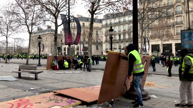protesters hide behind a barricade during the 'yellow vests' demonstration near the arc de triomphe on december 8 2018 in paris france ''yellow... - barricade stock videos & royalty-free footage
