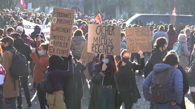 vidéos et rushes de protesters hold signs during a second protest on november 28, 2020 in lille, france. the march, called by french associations and human rights ngos,... - law