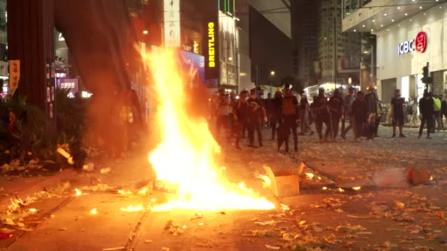 vidéos et rushes de protesters in hong kong targeting chinese banks with molotov cocktails - armement