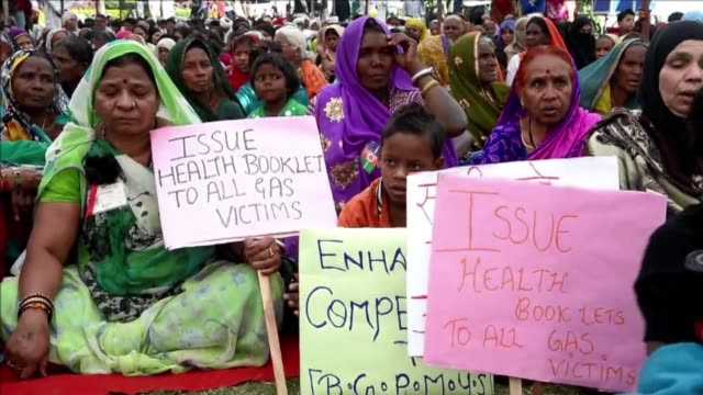 stockvideo's en b-roll-footage met protesters in mumbai march through the streets demanding justice as they mark the 30th anniversary of the worlds deadliest industrial disaster in the... - bhopal