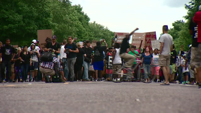 protesters in st paul, minnesota marching in solidarity for victims of police shootings - minnesota bildbanksvideor och videomaterial från bakom kulisserna