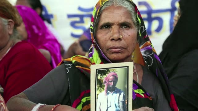 protesters in the indian city of bhopal burned effigies representing dow chemicals and displayed placards demanding justice as they marked the 30th... - fordern stock-videos und b-roll-filmmaterial