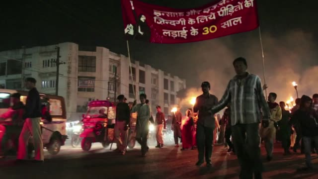 vídeos de stock e filmes b-roll de protesters in the indian city of bhopal burned effigies representing dow chemicals and displayed placards demanding justice as they marked the 30th... - the dow chemical company