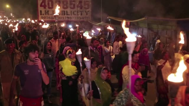 stockvideo's en b-roll-footage met protesters in the indian city of bhopal walk through the streets with torches demanding justice as they mark the 30th anniversary of the world's... - bhopal