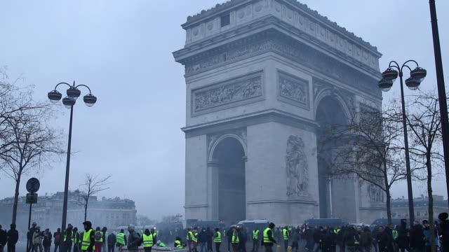 protesters in yellow vests in front of the triumphal arch