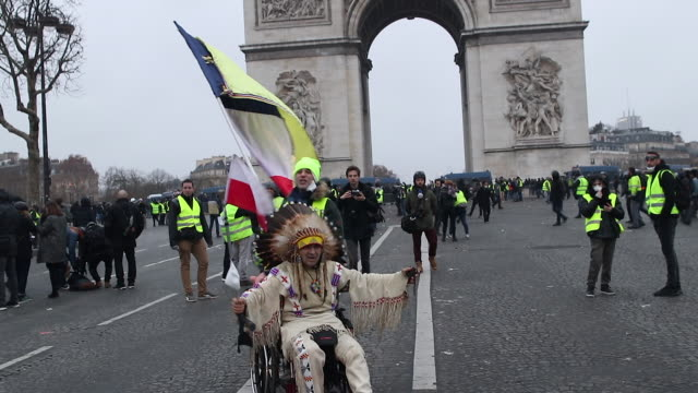 stockvideo's en b-roll-footage met protesters in yellow vests in front of the triumphal arch - amerikaans indiaanse etniciteit