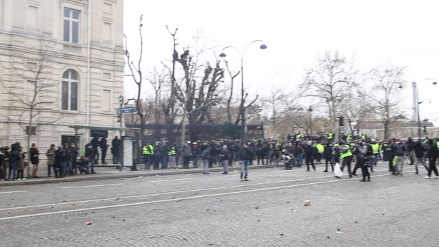 protesters in yellow vests in front of the triumphal arch with police and gendarmerie forces