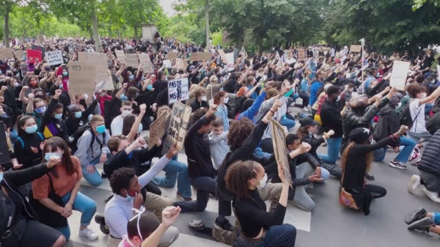 protesters kneel during a demonstration against racism and police brutality on the champs de mars on june 06, 2020 in paris, france. demonstrators... - ひざまずく点の映像素材/bロール