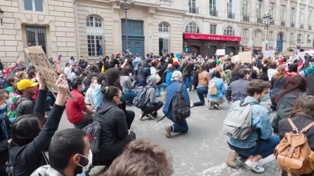 protesters kneel during a demonstration against racism and police brutality near the place de la concorde and the us embassy compound on june 06,... - ひざまずく点の映像素材/bロール